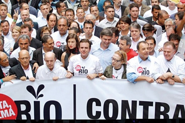 Protesto em 2012: ex-governador Sérgio Cabral, ex-prefeito Eduardo Paes e atriz Fernando Montenegro protestaram contra lei que aprovou a redistribuição dos royalties do petróleo (Crédito:Divulgação)