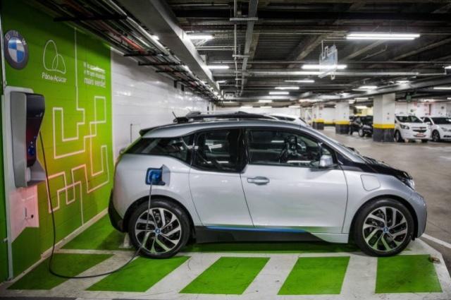 BMW i3 sendo recarregado em shopping de SP (Eduardo Anizelli - 23.jun.2015/Folhapress)