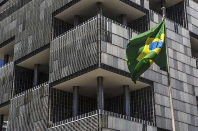 Bandeira brasileira em frente à sede da Petrobras, no Rio. - Dado Galdieri / Bloomberg